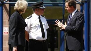 Bộ trưởng Nội vụ Theresa May và Thủ tướng Anh David Cameron - Reuters
