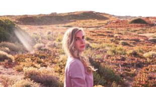 La chanteuse Barbara Carlotti rend hommage à la Corse, son île d'amour.