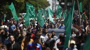 Des centaines de Palestiniens ont défilé dans les rues de Gaza en soutien aux négociations en cours au Caire.