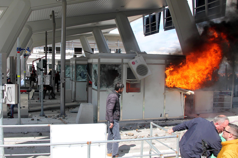 Des manifestants incendient les points de péage de l'autoroute qui relie l'Albanie au Kosovo, le 31 mars 2018.