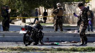 阿富汗警方人员在喀布尔一个发生了自杀式袭击的现场 2018年9月6日