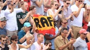 Les supporters de l'Espagnol Rafael Nadal, vainqueur de Roland-Garros, le 6 juin 2017 à Paris, pour la dixième fois de sa carrière.