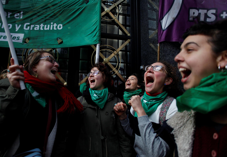 Un grupo de manifestantes gritan arengas durante una protesta a favor de legalizar el aborto fuera de la Confederación General del Trabajo, en Buenos Aires, Argentina, el 10 de julio de 2018.