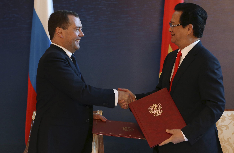 Thủ tướng Nga Dmitry Medvedev và Thủ tướng Nguyễn Tấn Dũng ký kết văn kiện hợp tác thương mại tại Burabai, Kazakhstan, ngày 29/05/2015.