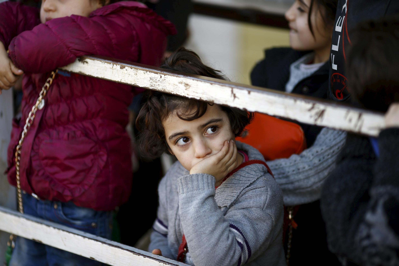 Người chạy nạn Syria xếp hàng chờ qua cửa khẩu thành phố Kilis, đông nam Thổ Nhĩ Kỳ, ngày 08/02/2016.