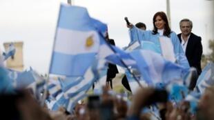 El candidato a la presidencia argentina Alberto Fernández y la candidata a vicepresidenta Cristina Fernández de Kirchner hacen campaña antes de la votación en Mar del Plata, Argentina, el 24 de octubre de 2019.