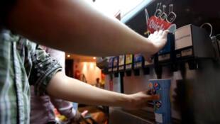 """Captura vídeo do restaurante Quick que por um pouco mais de 2 euros, oferece aos clientes sodas à vontade no seu """"drink spot""""."""
