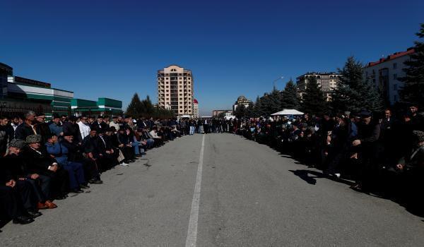 Участники митинга против изменения границы с Чечней и полиция. Магас, 8 октября 2018 г.