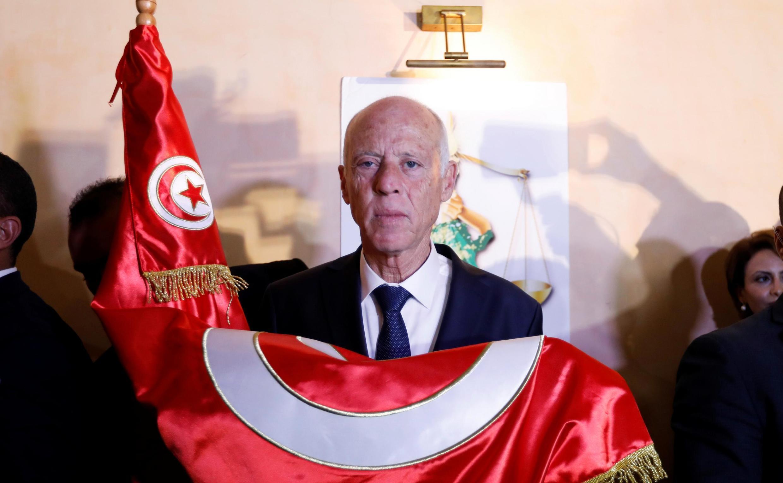 薩伊德在計票陸續出爐後與突尼斯國旗合影