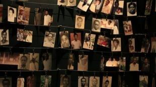 Des photographies des victimes du génocide, au mémorial de Kigali.