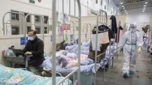 Des malades du nouveau coronavirus installés dans un centre de congrès de Wuhan, transformé en hôpital par les autorités chinoises,  le 17 février 2020.
