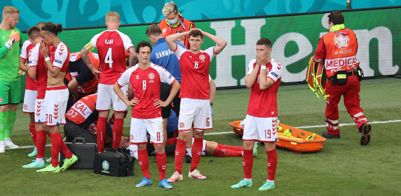 Os jogadores da Dinamarca estavam preocupados com o estado de saúde do médio Christian Eriksen que caiu inanimado durante o jogo frente à Finlândia.