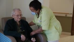 Nhân viên y tế chuyện trò với một cụ bà trong một cơ sở chăm sóc người cao tuổi EHPAD ở Villeneuve-Saint-Georges, ngoại ô Paris, ngày 12/11/2020.