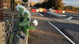 Sur les lieux de l'accident, le passage à niveau 25, des fleurs et quelques mots rendent hommage aux victimes.
