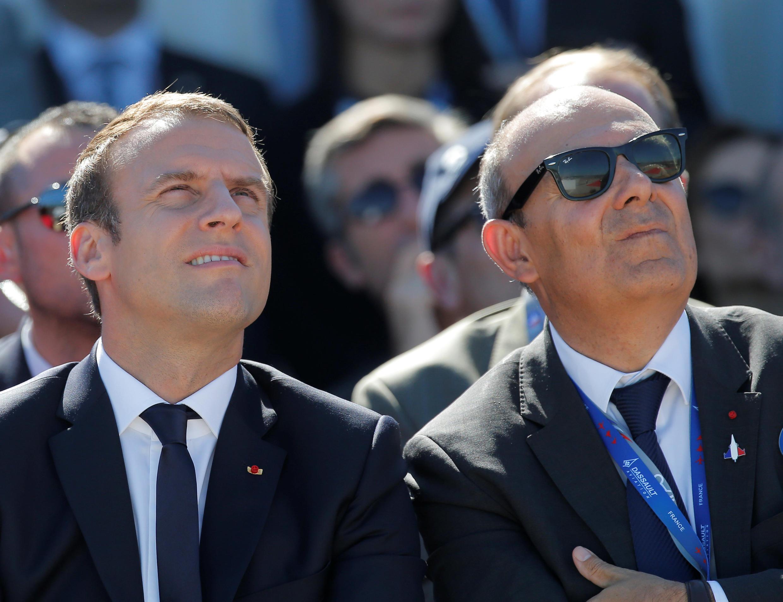 Президент Эмманюэль Макрон на салоне в Ле Бурже с директором компании Dassault Эриком Драппье. 19/06/2017
