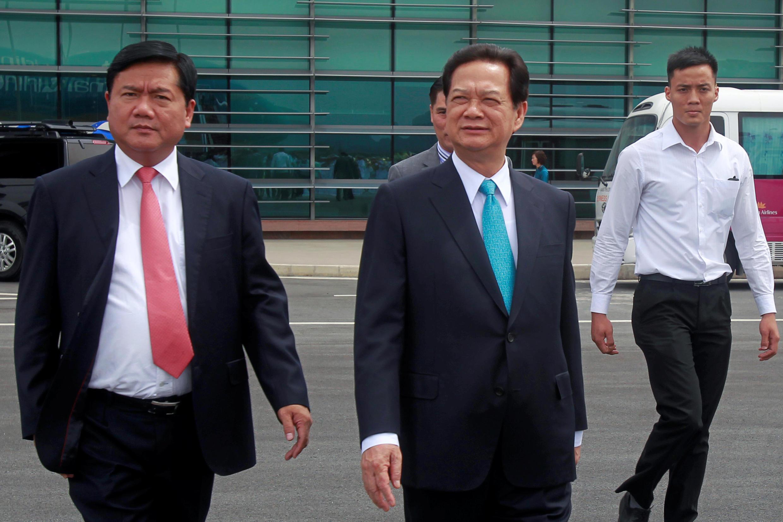 Ông Đinh La Thăng (T) và ông Nguyễn Tấn Dũng (G) tại Hà Nội. Ảnh tư liệu 2/07/2015.
