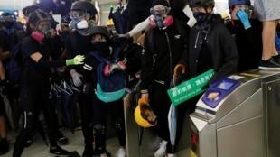 Người biểu tình đối mặt với cảnh sát chống bạo động tại ga tàu điện ở Nguyên Lãng (Yuen Long). Ảnh ngày 21/08/2019.
