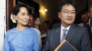 Аун Сан Су Чи и Джозеф Юн в Рангуне 10 декабря 2010 г.