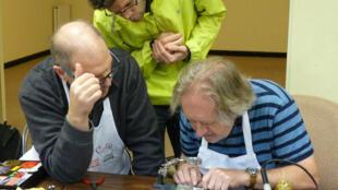 """Os """"Repairs-Cafés"""", oficinas colaborativas de consertos de eletrodomésticos, pipocaram em várias cidades francesas."""