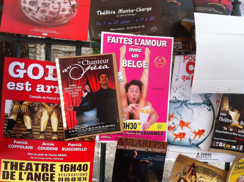 Cartazes de peças estão espalhados por Avignon.
