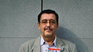Bachir Ben Barka, le fils de l'opposant marocain Mehdi Ben Barka pose avec le livre de son père «Ecrits politiques (1957-1965)».