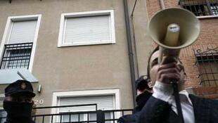 Escrache devant le domicile de la vice-présidente María Soraya Sáenz de Santamaría Antón, à Madrid, 5 avril 2013.