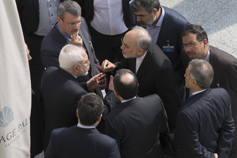 Ministro iraniano Javad Zarif (à esq.) e diretor da Organização de Energia Atômica do Irã, Ali Akar Salehi (à dir.), em plena discussão em Lausanne.