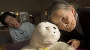 Lé bébé phoque Paro est un robot thérapeutique miniature qui tient compagnie aux personnes souffrant de la maladie d'Alzheimer.
