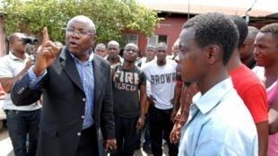 L'opposant Pierre-Claver Maganga Moussavou (g), fondateur du Parti social démocrate (PSD), à Libreville, le 31 octobre 2012.