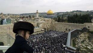 Niño ultraortodoxo judío mira hacia el Muro Occidental o Muro de los Lamentos, en Jerusalén, el 21 de abril de 2011.