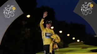 Christopher Froome, vainqueur de la centième édition du Tour de France, le 21 juillet 2013 sur les Champs-Elysées.