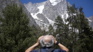 Le glacier Planpincieux vu du village de la Palud à Courmayeur, au val Ferret, dans le nord-ouest de l'Italie.