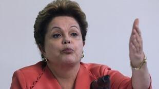 """A presidente Dilma Roussef disse nesta quarta-feira, 28 de agosto de 2013, que o Brasil tem """"bala na agulha"""" para enfrentar a desvalorização cambial."""