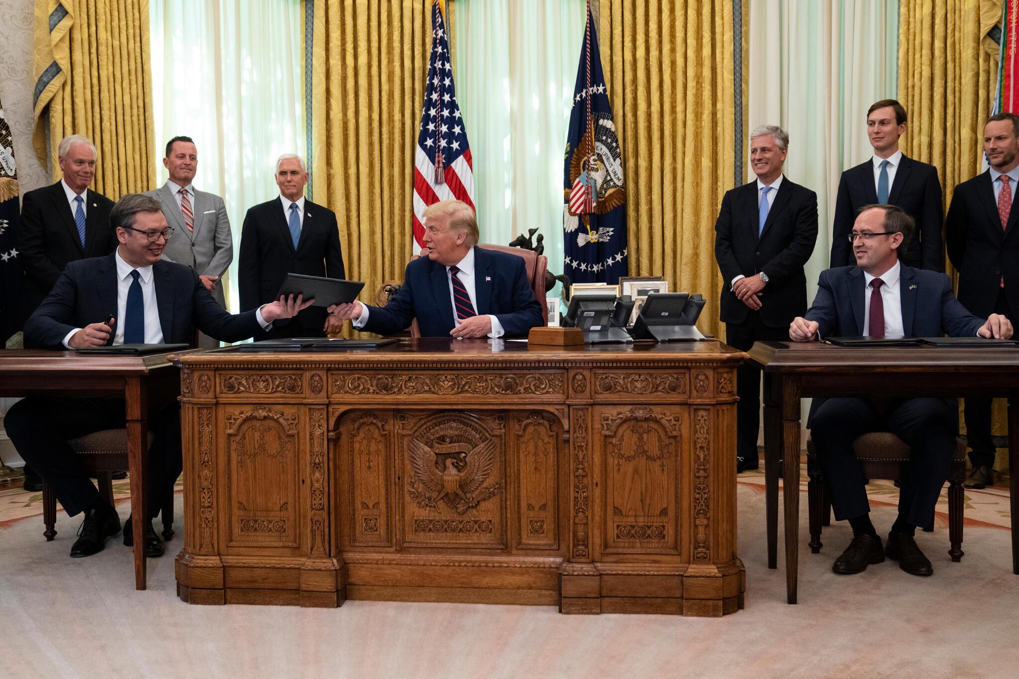 Tổng thống Mỹ, Donald Trump ( giữa) chứng kiến lễ ký thỏa thuận kinh tế giữa tổng thống Serbia Aleksandar Vučić (trái), cùng  thủ tướng Kosovo Avdullah Hoti, ngày 04/09/2020, tại Nhà Trắng, Washington.