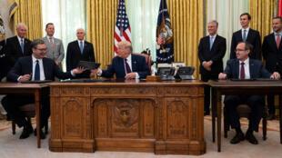 Le président américain Donald Trump, entouré par par le président serbe Aleksandar Vučić (à gauche), et le Premier ministre kosovar Avdullah Hoti, le 4 septembre 2020 à Washington.