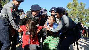 Des activistes arrêtés après une protestation devant la statue du Général Aung San à Loikaw le 7 février 2019.