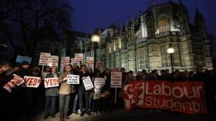 Des partisans du mariage homosexuel, notamment des jeunes du Parti travailliste, près du Parlement de Londres, le 5 février 2013.