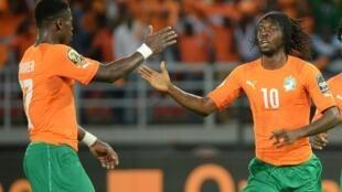Serge Aurier (g) et Gervinho (d) sous le maillot de la Côte d'Ivoire, le 4 février 2015, à Bata