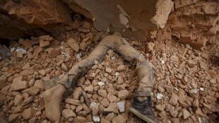 尼泊尔发生强震,图为加德满都一名遇难者。