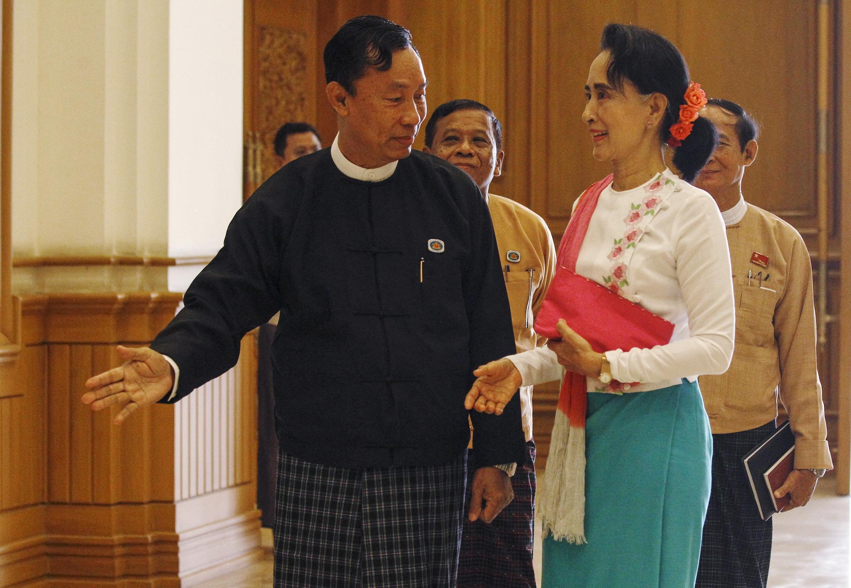 Chủ tịch Quốc hội mãn nhiệm Shwe Man và lãnh đạo Liên đoàn Quốc gia vì Dân chủ Aung San Suu Kyi.