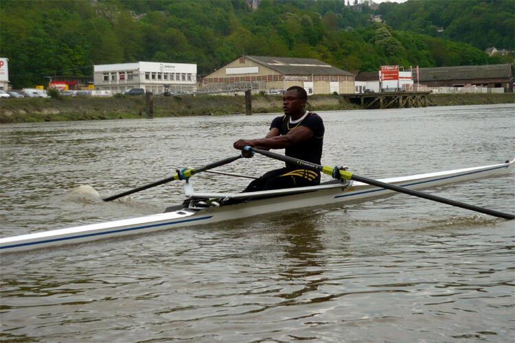 Le Camerounais Paul Etia Ndoumbé à l'entraînement à Rouen, sur la Seine.