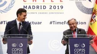Le Premier ministre espagnol Pedro Sanchez (G) et le secrétaire général de l'ONU Antonio Guterres à l'ouverture du sommet de la COP25 à Madrid, le 2 décembre 2019.