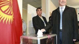 Thủ tướng mãn nhiệm Kyrgystan Almazbek Atambayev bỏ phiếu tại thủ đô Bishkek, 30/10/2011