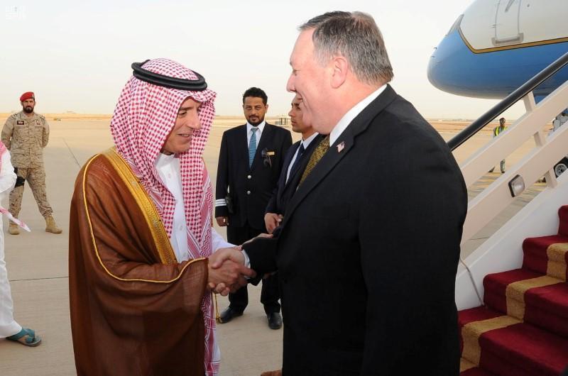 Sakataren harkokin wajen Amurka Mike Pompeo yayin gaisawa da Fira Ministan harkokin waje na Saudiya Adel Al-Jubeir a birnin Riyadh.