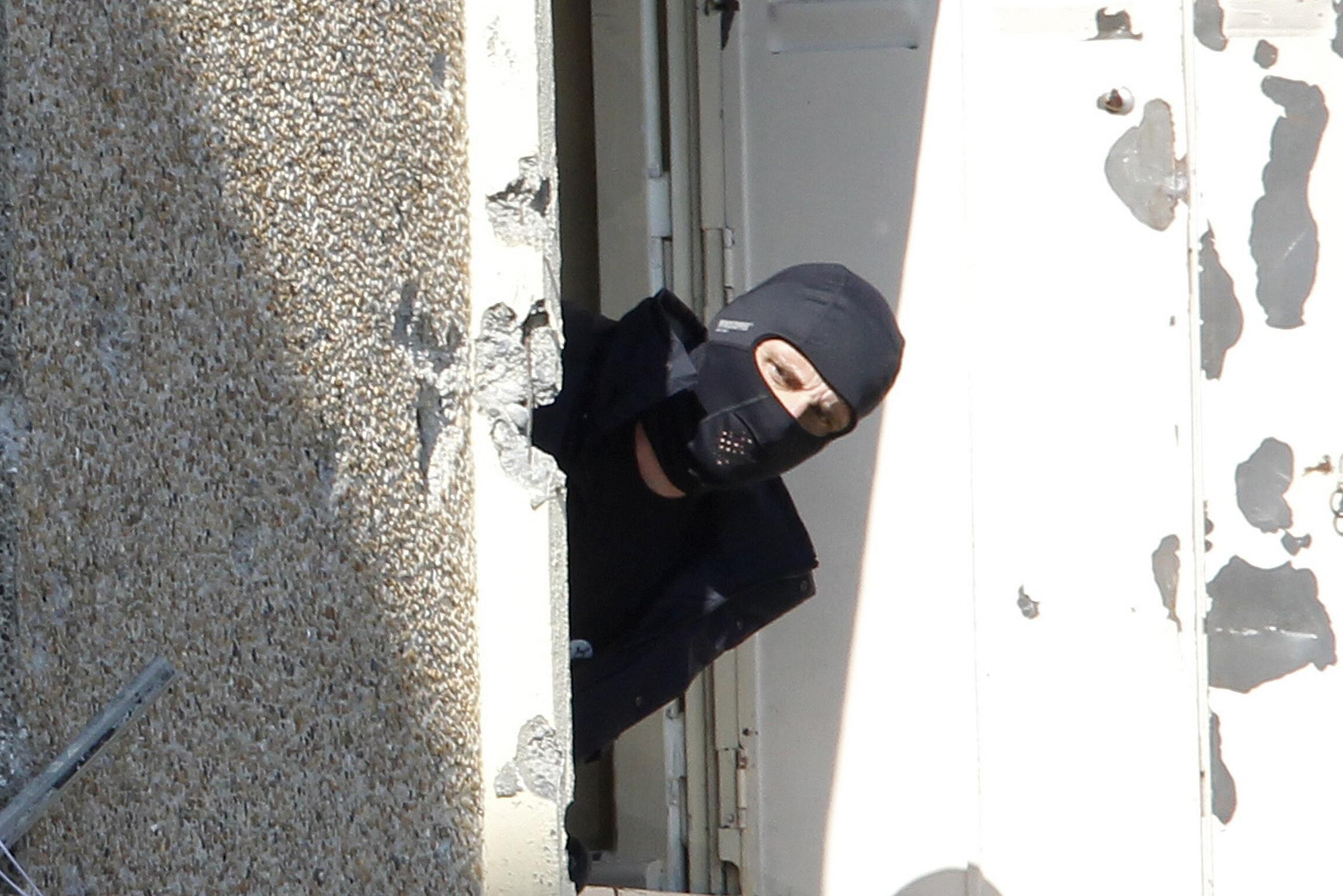 Một cảnh sát lực lượng đặc nhiệm Pháp quan sát căn hộ nơi Mohamed Merah cố thủ.