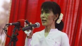 """""""Esperamos que este sea el comienzo de una nueva era, en la que crezca en  importancia el papel del pueblo en la política"""", dijo la birmana  Aung San Suu Kyi en un solemne discurso pronunciado ante sus partidarios el 2 de abril de 2012."""