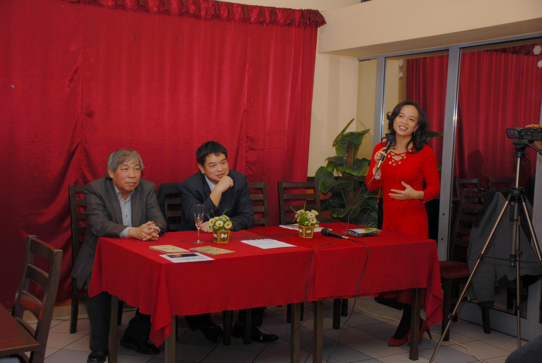 Hoàng Nguyễn (giữa), tổng biên tập tờ Nhịp Cầu Thế Giới nhân kỷ niệm tạp chí được 15 năm tuổi.