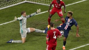 Le Camerounais Eric Maxim Choupo-Moting (ici, en bleu) lors de la finale de la Ligue des champions entre le Bayern Munich et le PSG.