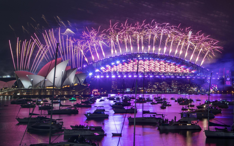 法广存档图片:澳洲悉尼2020年12月31日晚燃放烟花迎接2021新年。 Image d'archive RFI : Les feux d'artifices du Nouvel an sur l'opéra de Sydney, le 31 décembre 2020.