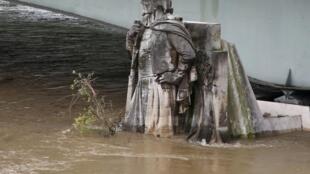 El guerrero zuavo del puente del Alma toma un baño obligado. París, 2 de junio de 2016.